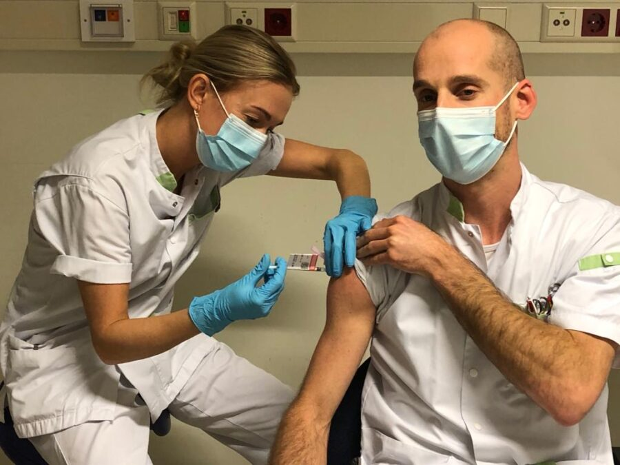 Verpleegkundigen HagaZiekenhuis krijgt eerste Haagse prik, nog ruim 1000 te gaan
